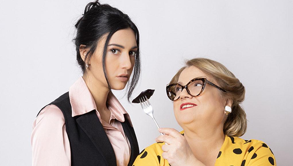 Αφαιρώντας τα εισαγωγικά από τις σχέσεις. Κριτική του Κώστα Ζήση για το «Μαμά®» της Μάρτα Μπαρσελό στο Νέο Θέατρο Κατερίνα Βασιλάκου