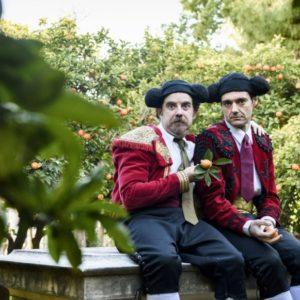 Πρώτες φωτογραφίες από τη νέα παράσταση «Μισά-μισά», σε σκηνοθεσία Γιάννου Περλέγκα